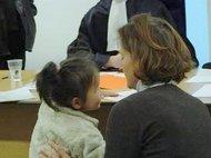 moeder en kind in rechtbank